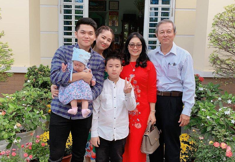 Diễn viên Lê Phương ly hôn với chồng cũ Quách Ngọc Ngoan vào năm 2015, 2 năm sau cô tiến tới với chồng trẻ kém tuổi là Trung Kiên. Hiện tại, cặp đôi ngoài chăm sóc cho cậu con trai Cà Pháo (con riêng của Lê Phương) thì đã có một con gái chung.