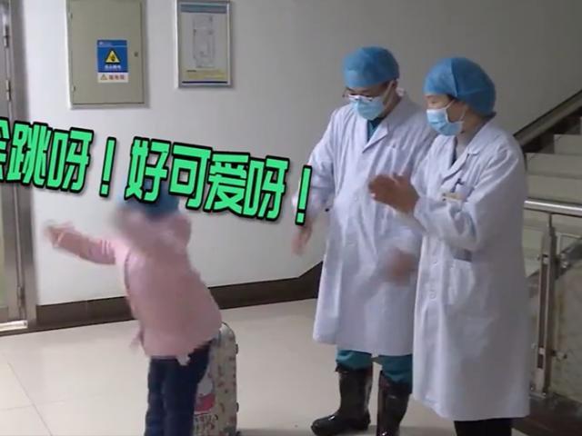 Cảm động cảnh bé gái Hồ Bắc nhiễm Covid-19 nhảy điệu kẹo mút cảm ơn bác sĩ chăm sóc mình