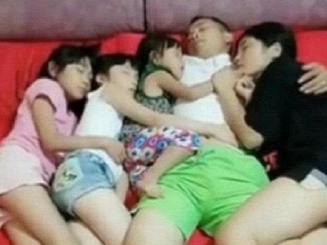 Bức ảnh bố và 3 con gái ngủ chung giường rất tình cảm nhưng ai xem cũng lắc đầu