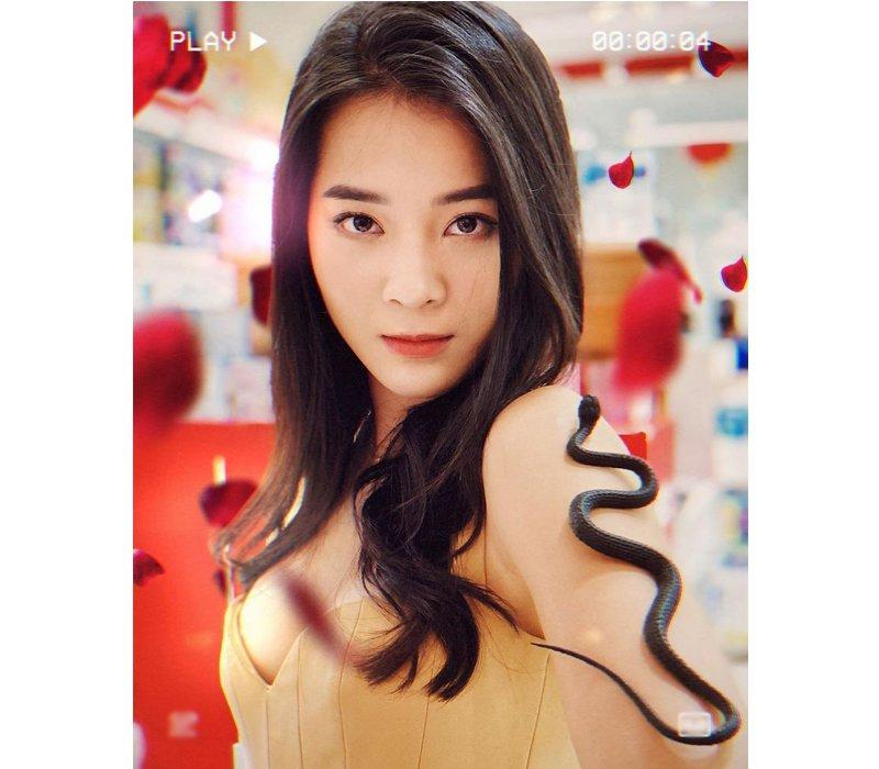 Xuất hiện trong series MV ca nhạc của ca sĩ Hương Giang, Karen Nguyễn với vai Hân 'Tuesday' đã nhận được sự quan tâm, yêu thích của rất nhiều khán giả Việt. Gương mặt xinh đẹp, sắc sảo cùng lối diễn đầy cuốn hút giúp cô nàng ghi điểm tuyệt đối.