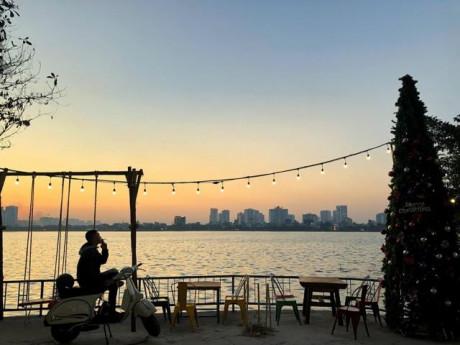 """Ngắm trọn Hồ Tây và """"chill"""" với quán cà phê ven hồ siêu yên tĩnh"""