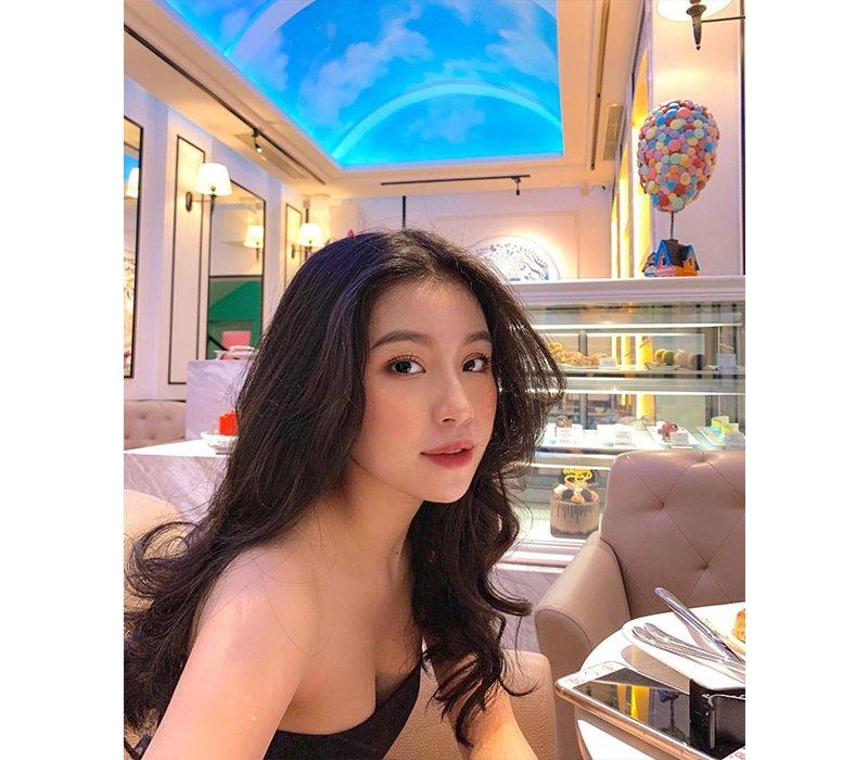 Sinh năm 1998, Quỳnh Thi (tên đầy đủ là Nguyễn Thiên Quỳnh Thi) nổi tiếng là một hotgirl được cộng đồng mạng yêu mến bởi sở hữu vẻ ngoài xinh đẹp, nổi bật.