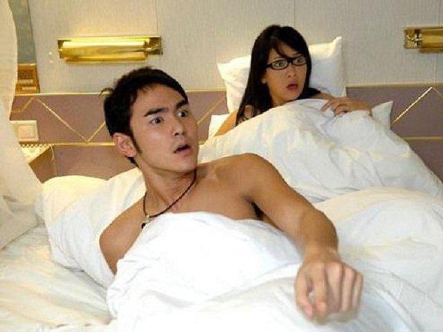 Đêm tân hôn mẹ chồng vào mở chăn của 2 vợ chồng, tôi sững sờ nhìn bà bật khóc