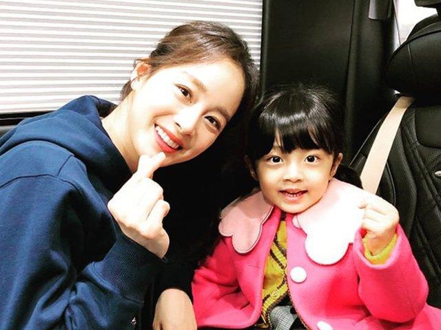 Kim Tae Hee lần hiếm hoi khoe con gái đã gây bão mạng xã hội