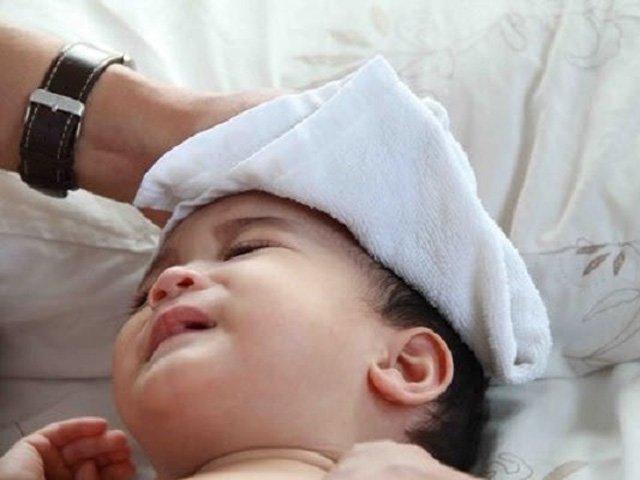 Trẻ sốt mọc răng bao lâu thì khỏi và cách hạ sốt cho bé