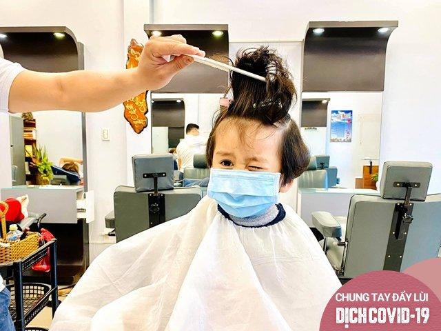 Sao Việt 24h: Ngọc Lan tức giận bế con khỏi tiệm tóc khi gặp 2 người không đeo khẩu trang