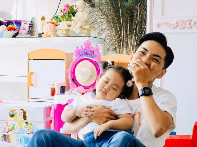 Khi vợ vắng nhà, Phan Hiển chật vật chăm con, tố con gái khó tính và bừa bộn giống mẹ