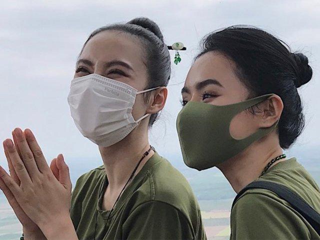 Mặc giản dị đeo khẩu trang đi chùa, chị em Angela Phương Trinh vẫn đẹp xuất sắc