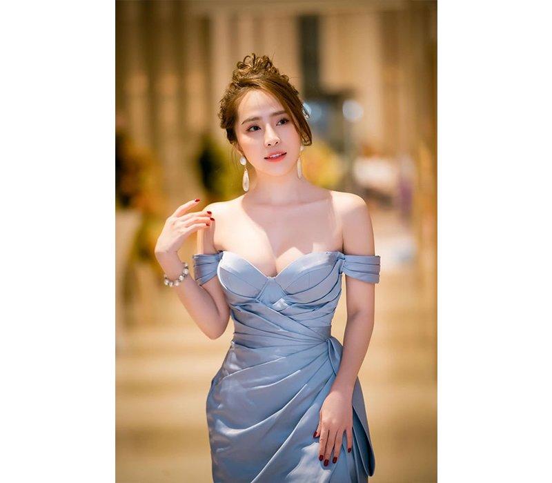Quỳnh Nga đã được biết tới là nữ diễn viên quá quen thuộc với công chúng Việt. Việc sở hữu ngoại hình xinh đẹp, đặc biệt là vóc dáng bốc lửa đã góp phần không nhỏ giúp cô nàng có được thành công khi vào vai các nhân vật vẻ ngoài lả lơi, gợi cảm.