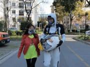 """Clip Eva - """"Soái ca"""" Trung Quốc phát minh bộ đồ chống dịch cho con với phong cách """"ngoài hành tinh"""""""
