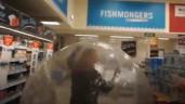 Sợ nhiễm COVID-19, người phụ nữ Anh đi chợ bằng bóng hơi