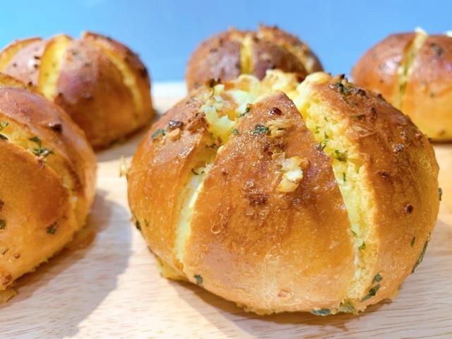 Học 8X làm bánh mì bơ tỏi sốt phô mai đình đám phiên bản nồi chiên không dầu