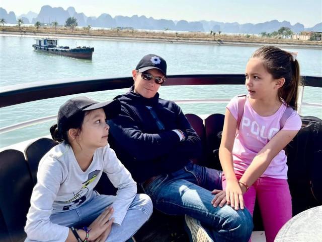 Mối quan hệ giữa 2 con lai với bạn trai ngoại quốc mới của diva Hồng Nhung