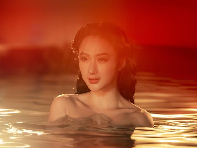 Angela Phương Trinh gây bão với clip 5s gợi cảm ngâm mình dưới nước