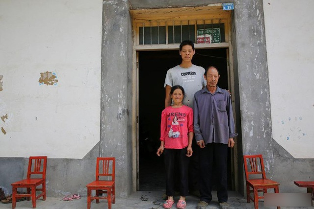His son was a giant and a half times taller than his mother, the short father was puzzling, so he went for a DNA test - 1