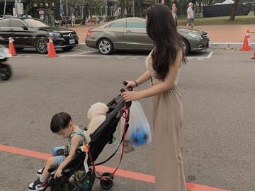 Mẹ trẻ đẩy con đi chơi ngoài đường, ai nhìn cũng tấm tắc: Đường cong đẹp, gương mặt xinh