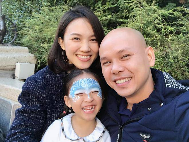 Wife Phan Dinh Tung was born prematurely and the newborn son excited his father with his appearance: 5