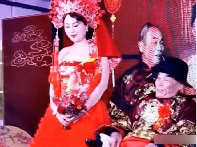 Chú rể 80 tuổi ngồi xe lăn cưới vợ, nhìn sang cô dâu ai cũng ngỡ ngàng