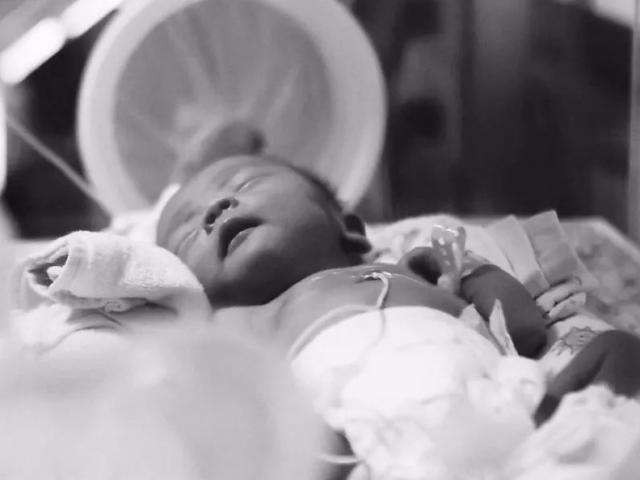 Chăm uống thuốc bổ suốt thai kỳ, mẹ bắt đền bác sĩ khi nhìn con ra đời
