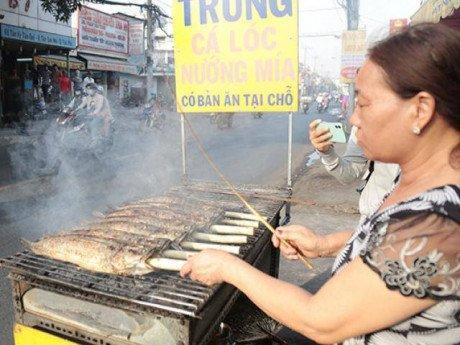 Bán gấp 3 lần ngày thường, con đường ở SG dậy mùi cá lóc nướng ngày ông Công ông Táo