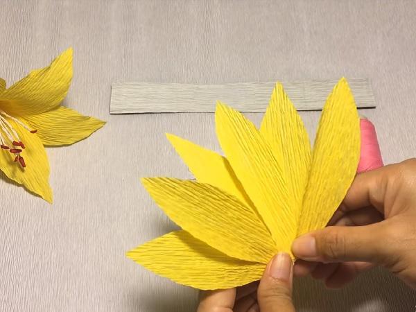 Cách làm hoa giấy đẹp đơn giản để trang trí - 10