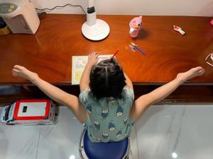 Diễn viên Vân Trang khoe con gái gương mặt xinh, dân tình liền để ý dáng ngồi