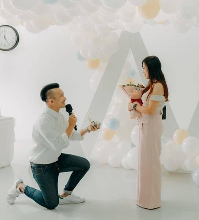 Chàng trai quỳ gối cầu hôn bạn gái bằng bó hoa gà rán, tiết lộ lý do đặc biệt