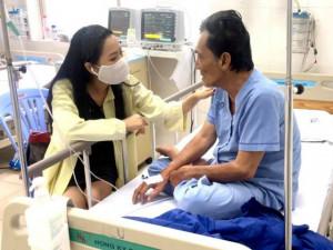 Thương Tín sau cơn đột quỵ: Con gái nhỏ đến thăm bố, dàn sao Việt ủng hộ gần 400 triệu