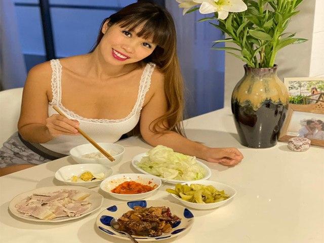 Vừa đi họp về Hà Anh liền vào bếp nấu ăn cho chồng Tây, bữa cơm đậm chất Việt