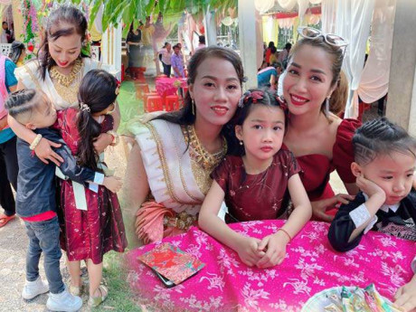 Bảo mẫu người Khmer đi lấy chồng, 2 con Ốc Thanh Vân buồn ra mặt, ôm mãi không muốn về