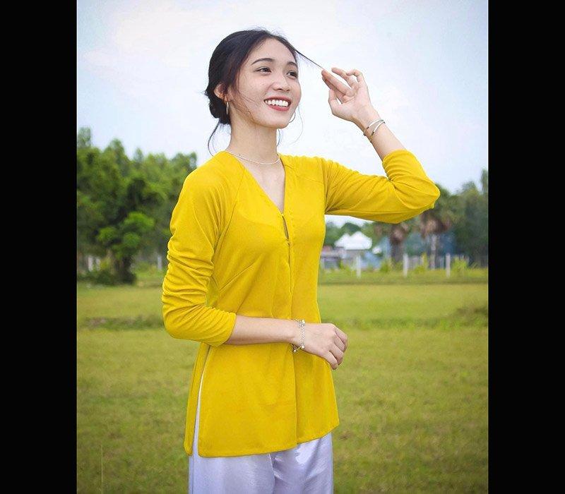 Triệu Visinh năm 2004 cô nàng xinh xắn này hiện đang nổi đình đám trên mạng xã hội nhờ vào ngoại hình ngây thơ cùng phong cách thời trang đa dạng và đẹp mắt.