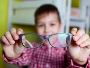 Con không cận nhưng lại thích đeo kính, bố mẹ lo lắng và giải đáp của bác sĩ chuyên khoa