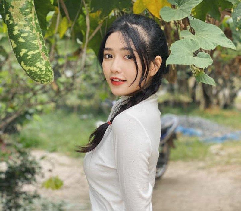 Nguyễn An Vy, cô nàng diễn viên phim chiếu mạng đình đám của Vbiz là cái tên đình đám trên mạng xã hội nhờ tham gia loạt series ăn khách như: nhờ serie phim Em của anh, đừng là của ai của… cô được ưu ái gọi là nàng thơ mới của dòng phim này.