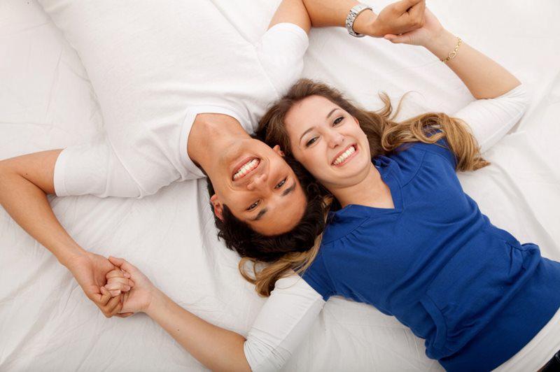 """Khi cả hai đã sẵn sàng cho """"cuộc yêu"""", hãy nhường nàng vị trí phái trên để cả hai cùng có thể kiểm soát được tốc độ. Vị trí này cũng giúp nàng chủ động, có cảm giác tự tin và hưng phấn hơn."""