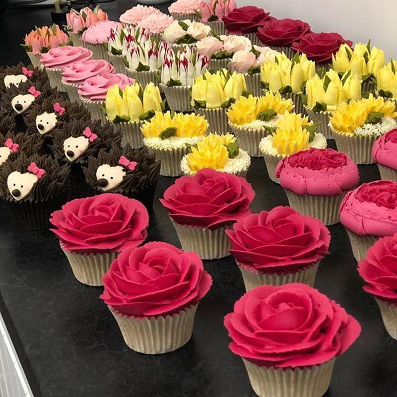 Những chiếc cupcake trông như chậu cây nhỏ xinh để bàn mà các cửa tiệm hoa thường bán.