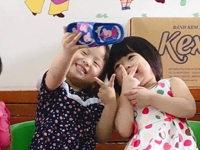 Không có smartphone, 2 cô bé thỏa sức selfie với... dép