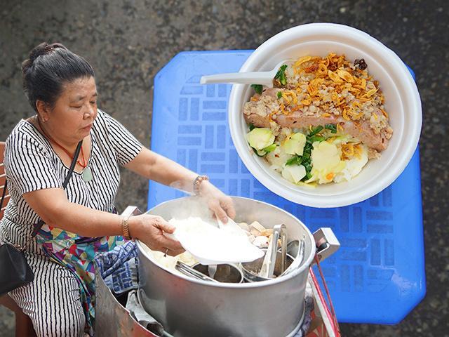 Bán xôi sắn độn hiếm gặp, mẹ Hà Nội nườm nượp khách, 4 tiếng hết veo 30kg