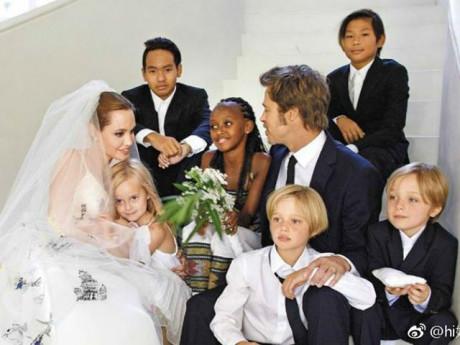 """Cưới được 2 năm, mất 3 năm ly hôn, Angelina Jolie và Brad Pitt giờ được """"thả thính"""" người ngoài"""