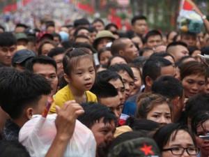 Trẻ nhỏ thất thần, 'khóc thét' vì chen lấn tại Lễ hội Đền Hùng 2019