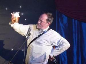 Danh hài đột tử trên sân khấu nhưng khán giả vẫn vỗ tay, biết lý do ai cũng bất ngờ