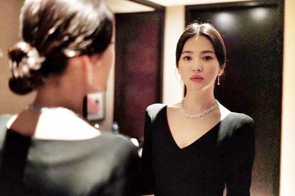 Váy xẻ khoe ngực lấp ló, Song Hye Kyo ngọt ngào bên người đàn ông chẳng phải Song Joong Ki-11