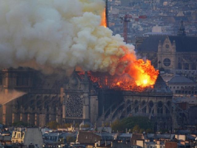 Cận cảnh Nhà thờ Đức Bà Paris 850 tuổi chìm trong biển lửa