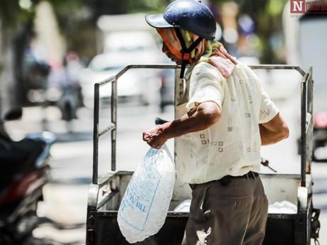 Hà Nội: Người dân vất vả di chuyển trong ngày nắng nóng đầu tiên của năm