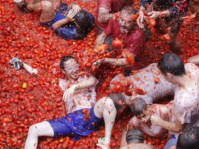 Hàng ngàn người quẩy hết mình, nhuộm đỏ đường phố trong lễ hội ném hoa quả lớn nhất châu Âu