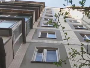 Mẹ mải ngủ vì say rượu, bé gái nguy kịch vì rơi xuống từ tầng 6 chung cư cao 18m