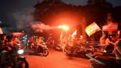 """CĐV Hải Phòng đốt pháo sáng, """"nhuộm đỏ"""" đường phố Hà Nội"""