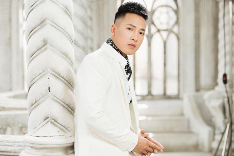 """Sinh ra lớn lên ở Nghệ An, thuở mới vào nghề có lúc trong người Châu Khải Phong chỉ còn 20 nghìn """"dằn túi"""". Sau này, nam ca sĩ từng tiết lộ trong quá khứ anh còn bị bố bạn gái không đồng ý cho cưới vì quá nghèo."""