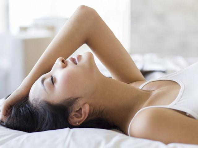 Lần đầu làm chuyện ấy sau sinh, người chồng giỏi ở trên giường sẽ làm 4 cái này