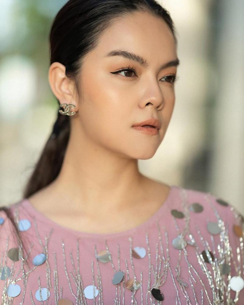 Là mẹ 2 con, lại vừa trải qua đổ vỡ hôn nhân, nhưng Phạm Quỳnh Anh ngày càng xinh đẹp và quyến rũ hơn. Đặc biệt, mỹ nhân họ Phạm sở hữu chiếc mũi đúng chuẩn khiến ai cũng ghen tị.