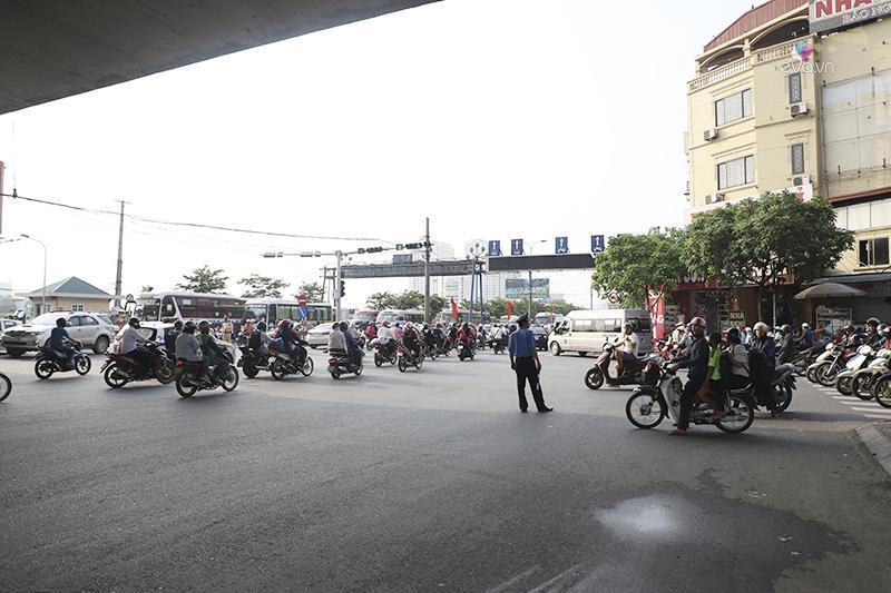 4h30 chiều ngày 1/5,các lực lượng chức năng như thanh tra giao thông cùng cảnh sát giao thông đã tổ chức phân làn và điều tiết giao thông Ngã tư Bến xe Nước ngầm Pháp Vân.